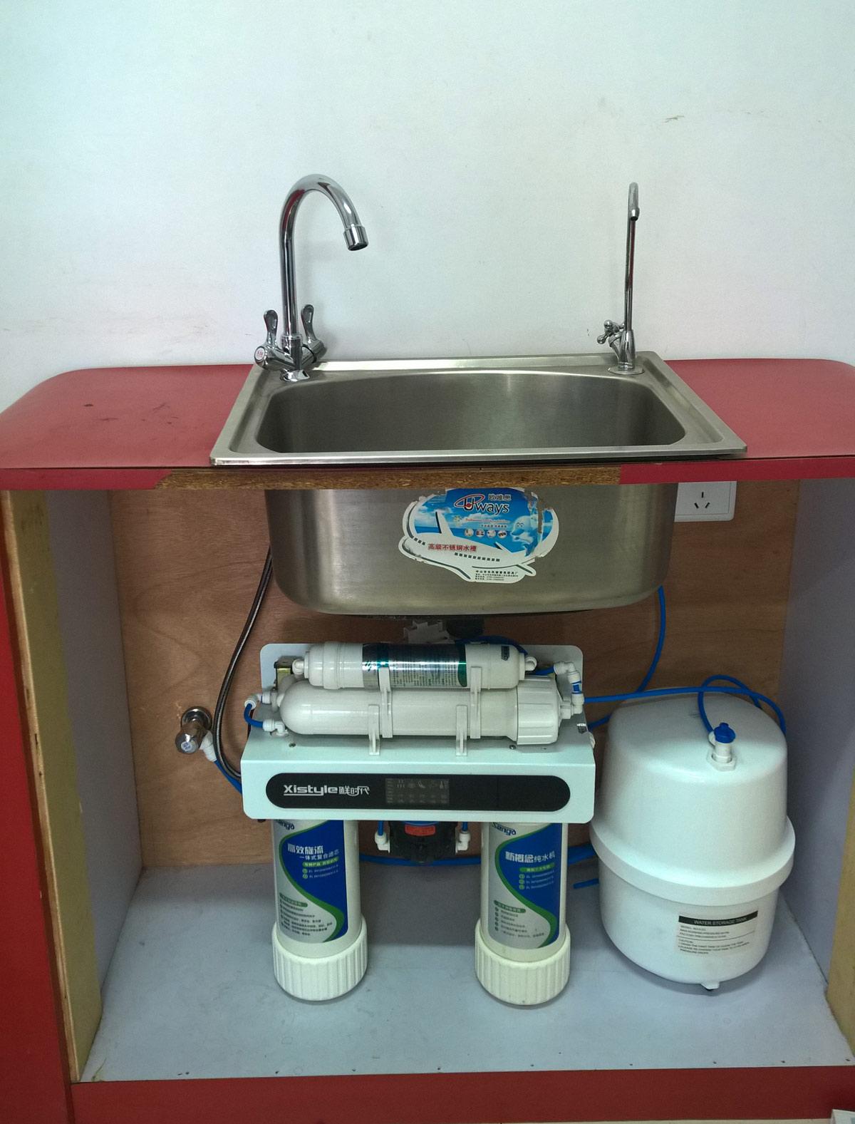 原则上是这样的,如果净水器厂家售后到位,这些问题是容易解决的,他们会帮您处理好水电线 路问题。饮用水过滤产品的安装灵活简便,只需要占用您水槽下方橱柜内部很小的空间,利用水槽预留的皂液器预留孙或者水槽上直接打孔,安装一个净水龙头就完 成了.只要您完成了橱柜和水槽的安装就可以购买我们的直饮水系统了! 净水器什么时候该更换滤芯?